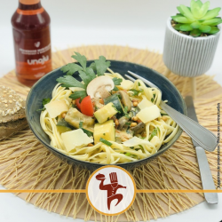 VG : Pâtes et poêlée de courgettes à l'ail, crème de parmesan aux champignons, persil, pignon et tomates confites